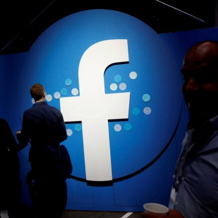 """Facebook выпустил """"умные"""" очки. С их помощью можно снимать видео и слушать музыку"""
