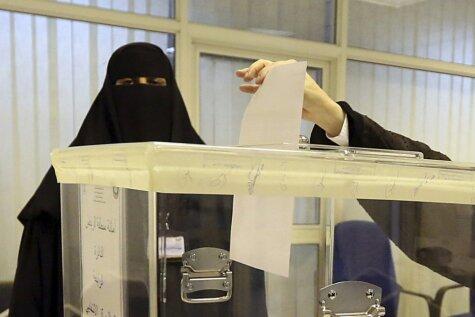 Vēsturiski kadri: Saūda Arābijā sievietes pirmo reizi piedalās vēlēšanās