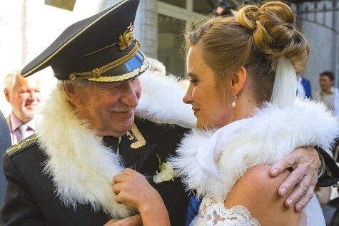 84 gadus vecs krievu aktieris apprec 24 gadus vecu sievieti