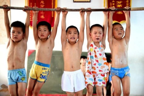 Kā ķīniešu bērniņi trenējas, lai kļūtu par izciliem atlētiem