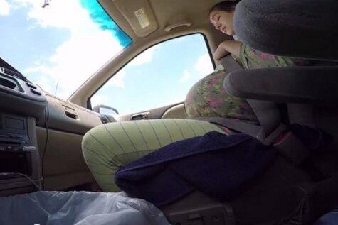 Vīrs nofilmē, kā viņa sieva dzemdē mašīnā pa ceļam uz slimnīcu