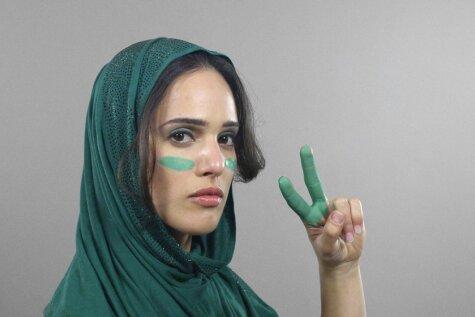 ВИДЕО. От модных шляпок до хиджаба: 100 лет иранской моды за 60 секунд