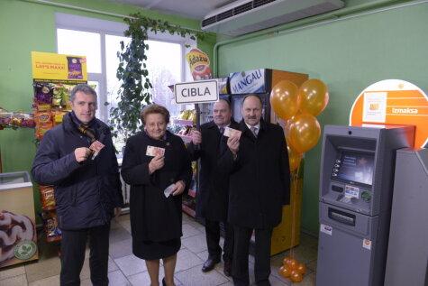 Премьер-министр Латвии открыла банкомат на задворках Латгалии