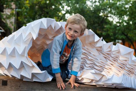 В квартале Калнциема начался фестиваль бумажных объектов
