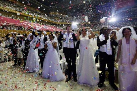 Kopā jautrāk: Dienvidkorejā aizvadītas masu kāzas