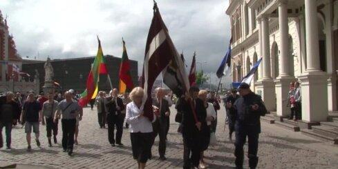 Simtiem cilvēku pie Brīvības pieminekļa godina komunistiskā genocīda upuru piemiņu