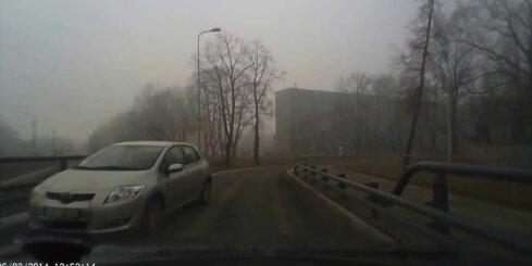 Autobraucēja pa pretējo joslu spītīgi cenšas nokļūt uz Vanšu tilta