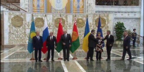 Putins un Porošenko satiekas Minskas samitā