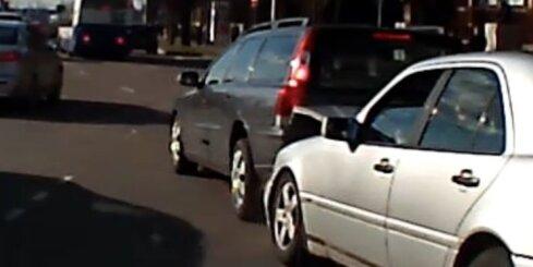 Aculiecinieka video: Rīgas centrā notiek neveikla autoavārija