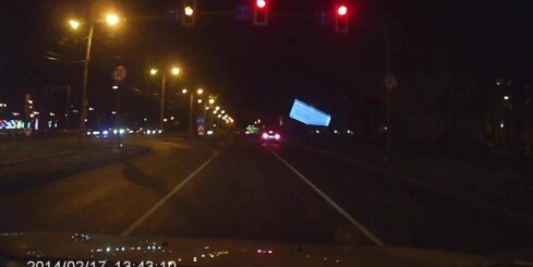 Imantā steidzīgs autovadītājs neievēro luksaforā aizliedzošo signālu un šķērso krustojumu
