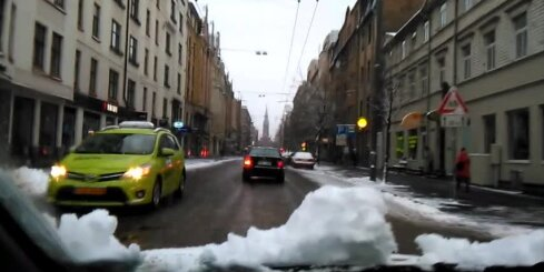 Sniegs apgrūtina satiksmi Rīgā
