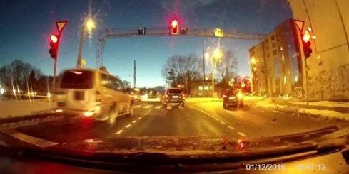Divi auto aizbrauc pie sarkanās gaismas