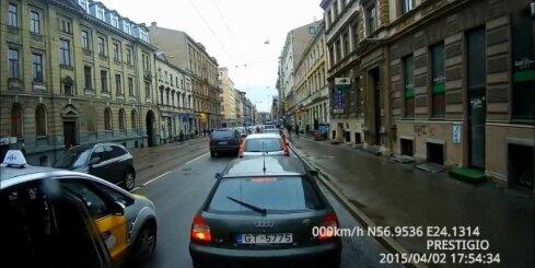 Taksists pasažieri izlaiž ielas vidū, trolejbusam zem riteņiem