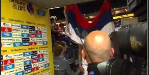 Испанский форвард разорвал сербский флаг после поражения от Италии