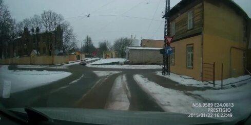 Autovadītājs Pārdaugavā ignorē ceļa zīmes