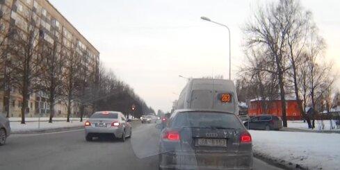 BMW nekaunīgi pa pretējo joslu apbrauc automašīnu rindu