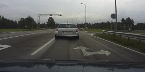 'Opel' vadītājs, apdzenot priekšā braucošās mašīnas, piemirsis ceļu satiksmes noteikumus