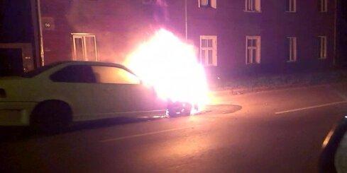 Rīgā naktī ar atklātu liesmu deg 'BMW'