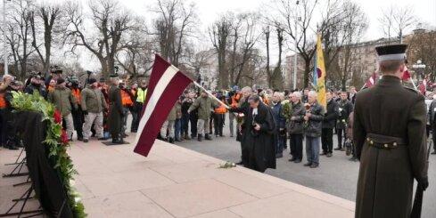 Ziedu nolikšana pie Brīvības pieminekļa 16. martā