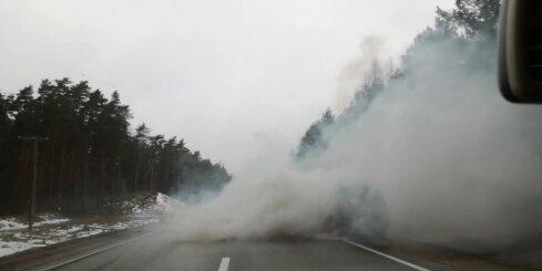 Uz Rīgas apvedceļa auto rada milzīgu dūmu mākoni