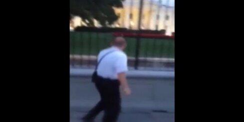 Vīrietis ar nazi ielaužas Baltajā namā