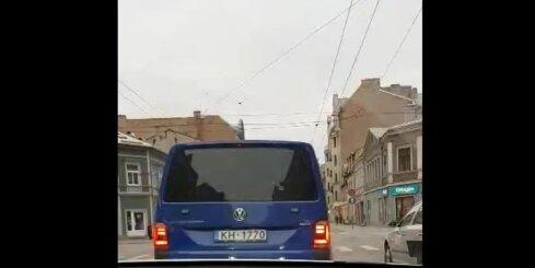 VID auto brauc pie sarkanās gaismas