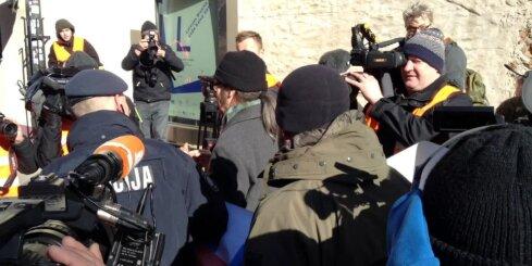 Policija kopā ar apsardzi no baznīcas teritorijas aizveda prom divus protestētājus no Vācijas