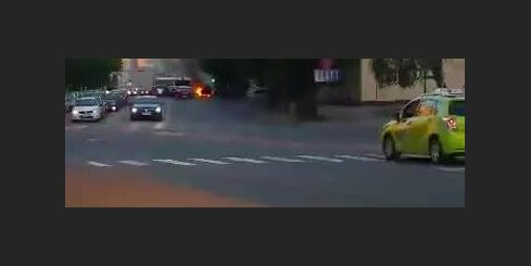Pērnavas ielā ar atklātu liesmu deg auto