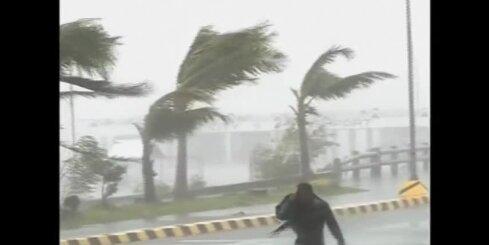 Filipīnās plosās taifūns 'Hagupits'