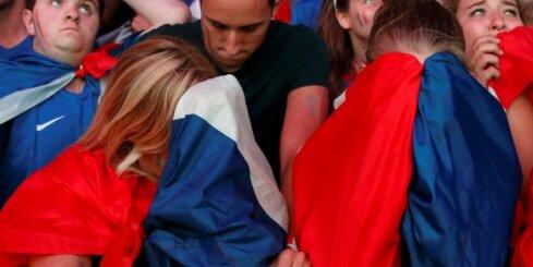 Video: Sporta līdzjušanas skaistākais žests - portugāļu puisēns mierina francūzi