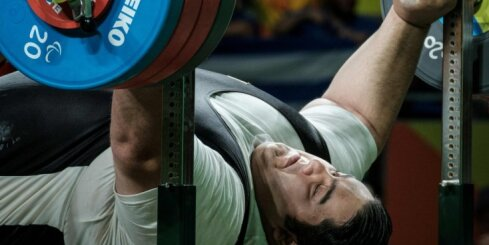 Video: Irāņu paralimpietis Rio paceļ 310 kilogramus