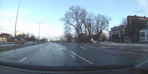 Purvciemā 'Audi' vadītājs demonstrē nekaunības paraugstundu