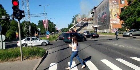 Pleskodāles ugunsgrēka dēļ izveidojas pamatīgs sastrēgums