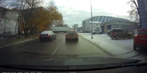 'BMW' autovadītājs Pārdaugavā rupji pārkāpj ceļu satiksmes noteikumus