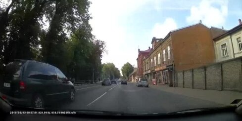 Auto Liepājā aiztraucas pie sarkanās gaismas