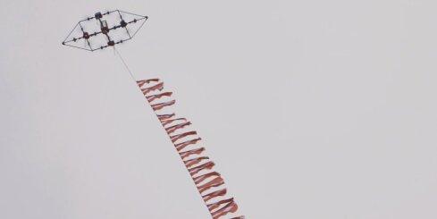 Drons paceļ debesīs 100 Latvijas karogus