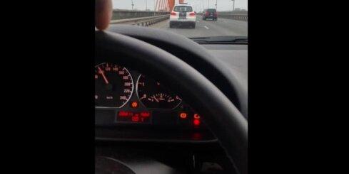 Autovadītājs uz Dienvidu tilta dzenas pakaļ policijai