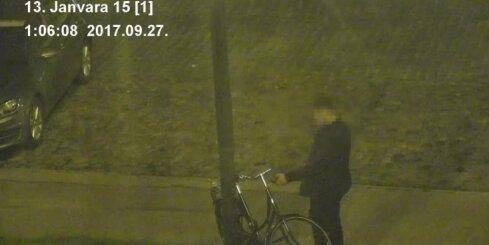 Rīgā policija aiztur vīrieti, kurš krāmējas ap velosipēda lukturi