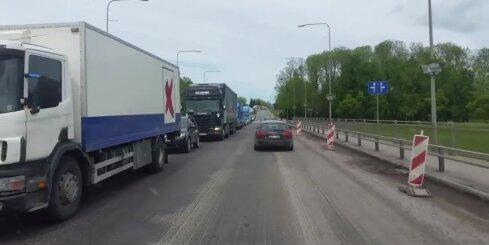 Uz Bauskas šosejas veidojas milzīgs sastrēgums