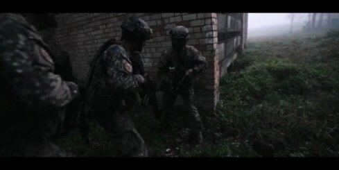 Militārā policija mācībās veic pretnemiernieku operāciju