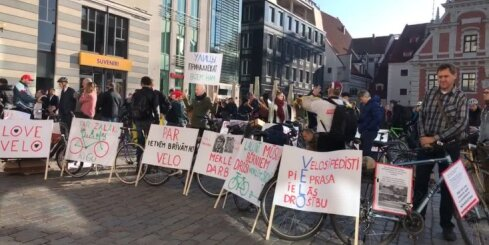 Veloaktīvisti piketā pie Rīgas domes aicina nekavējoties uzlabot infrastruktūru