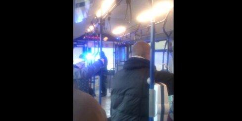 Policija autobusā aiztur huligānu