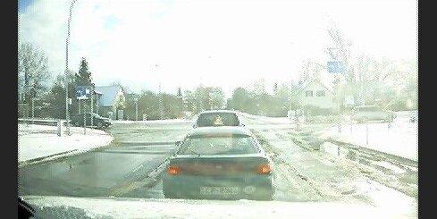 Opel pārbrauc pie sarkanā