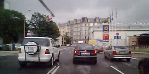 Aculiecinieka video: Īpaši nekaunīgs 'Mercedes' vadītājs