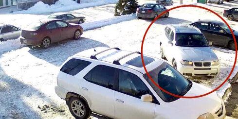Kanādā BMW vadītājs nemākulīgi 'mīcās' pa stāvvietu
