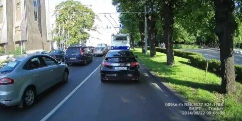 'Honda' vadītājs veic neizprotamas darbības sabiedriskā transporta joslā