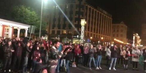 Video: Fani sagaida Latvijas izlases uzvaru pie Brīvības pieminekļa