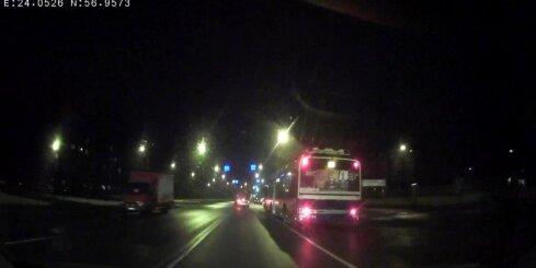 Trolejbuss aiztraucas pie sarkanās gaismas
