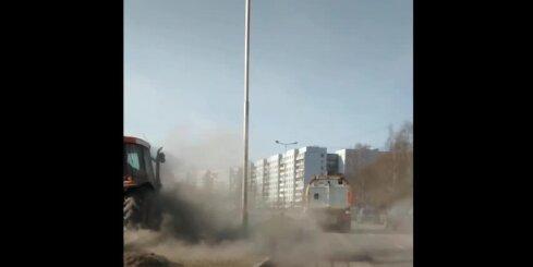Traktors Rīgā tīra smiltis un saceļ milzīgu putekļu mākoni (ar RD komentāru)