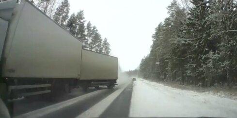 Kravas auto bīstami saslīd uz sniegotas šosejas